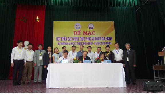 Ký biên bản hoàn thành đợt KSCT  tại Lễ bế mạc đợt KSCT phục vụ ĐGN Trường Đại học KTCN - ĐH Thái Nguyên