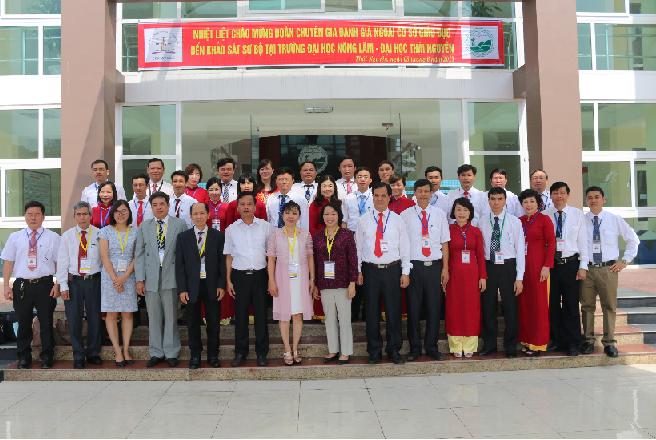 Đoàn chuyên gia ĐGN chụp ảnh lưu niệm với Lãnh đạo và đại diện CBGV Trường ĐH Nông Lâm khi đến KSSB
