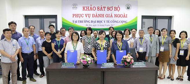 Đoàn chuyên gia ĐGN chụp ảnh lưu niệm                                              với Lãnh đạo Trường Đại học Y tế Công cộng và các đại biểu