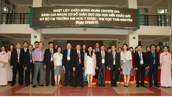 Ngày 23/8/2017 Đoàn chuyên gia ĐGN  tiến hành KSSB tại Trường ĐH Y Dược – ĐH Thái Nguyên,                                                             Đoàn chụp ảnh lưu niệm với lãnh đạo Nhà trường