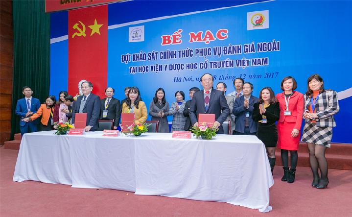 Ký biên bản hoàn thành đợt KSCT                             tại Lễ bế mạc đợt KSCT phục vụ ĐGN Học viện Y Dược học Cổ truyền Việt Nam