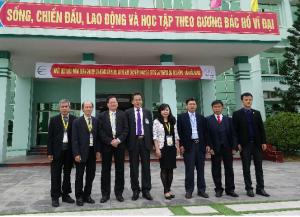 Đoàn chuyên gia ĐGN chụp ảnh lưu niệm                                                với Lãnh đạo Trường Đại học Nông Lâm Bắc Giang khi đến KSSB