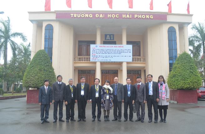 Đoàn chuyên gia ĐGN chụp ảnh lưu niệm với Lãnh đạo Trường Đại học Hải Phòng