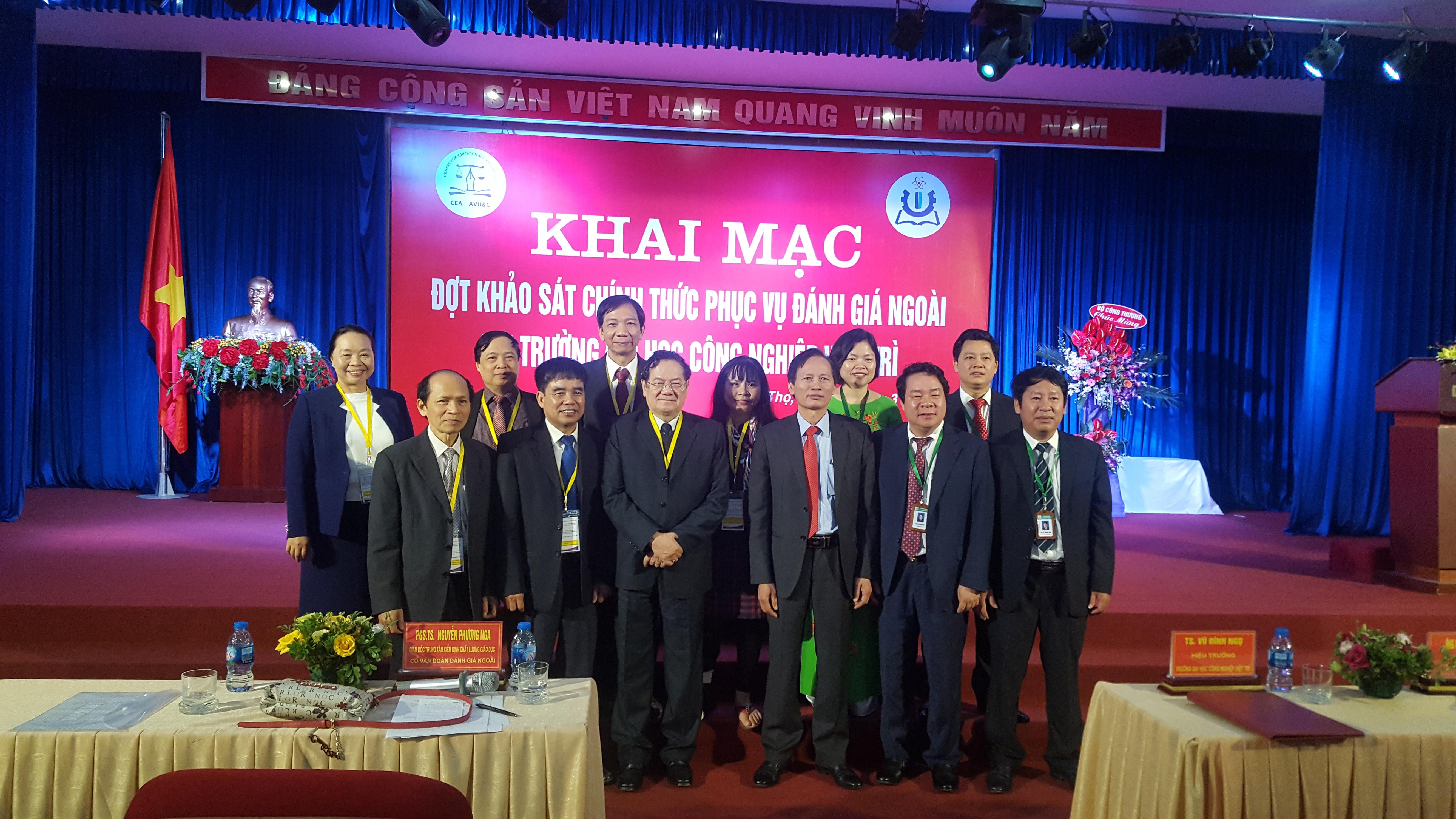 Đoàn ĐGN chụp ảnh lưu niệm với ban giám hiệu Trường ĐH Công nghiệp Việt Trì